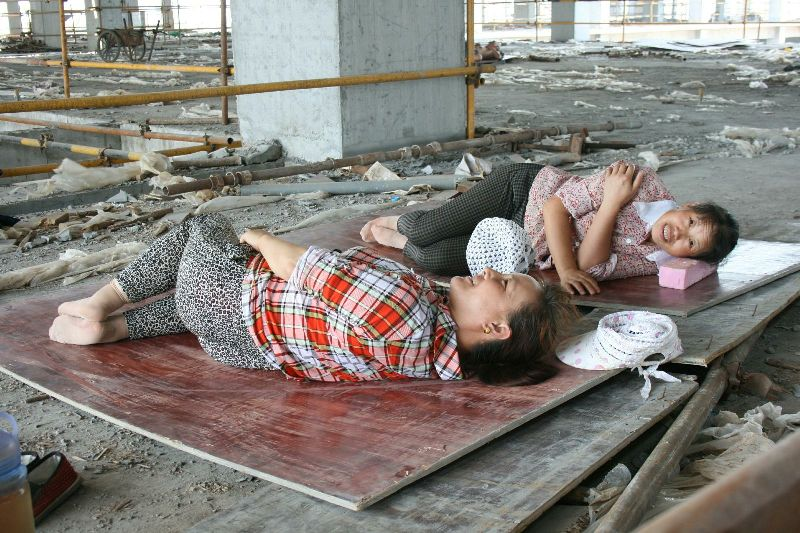 Migrant workers i Xi'an having a rest at lunchtime  &copy Otto Leholt